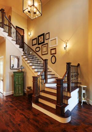 简欧风格复式楼楼梯照片墙装修效果图赏析