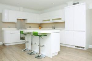 现代简约风格三居室开放式厨房吧台装修效果图