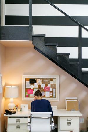 北欧风格简约创意楼梯小书房设计装修效果图
