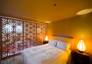 东南亚风格大户型卧室镂空隔断设计装修效果图