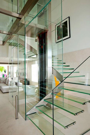 现代风格别墅精致玻璃楼梯装修效果图