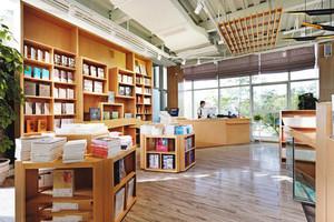 80平米现代风格原木风书店设计装修效果图
