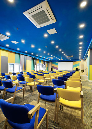 130平米现代风格多功能会议室吊顶设计装修效果图