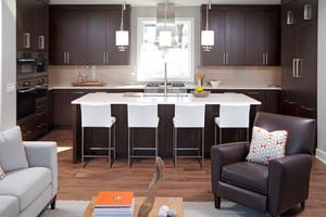 现代简约美式风格深色整体厨房橱柜装修效果图
