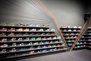 现代风格创意鞋店展柜设计装修效果图