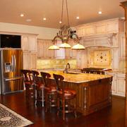 美式风格别墅古朴开放式厨房吧台设计装修效果图