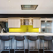 现代简约风格大户型开放式厨房吧台设计装修效果图