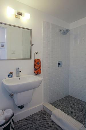 现代简约风格白色卫生间淋浴房装修效果图