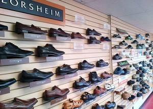现代风格时尚鞋店展柜设计装修效果图