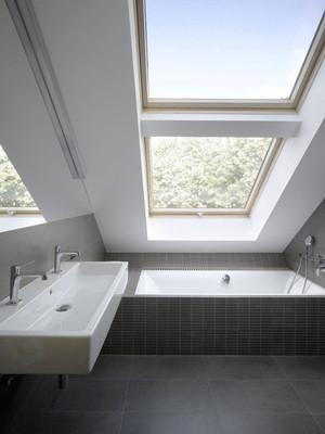 现代风格斜顶阁楼卫生间装修效果图赏析