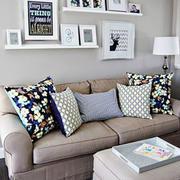 现代简约风格客厅照片墙装修实景图