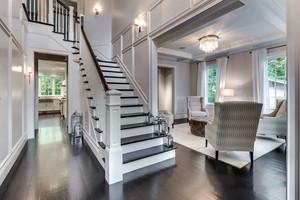 欧式风格浅色典雅别墅楼梯设计装修效果图