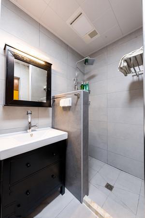 现代风格小户型卫生间隔断设计装修效果图