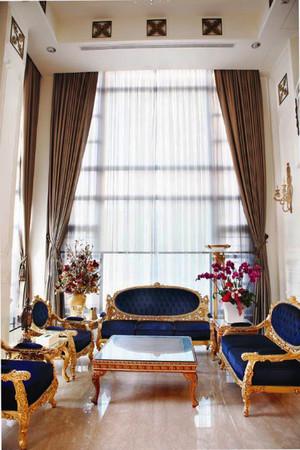 276平米法式风格精美别墅室内装修效果图,客厅的白色的卷草纹窗帘、水晶吊灯、落地灯、瓶插百合花的搭配下,浪漫清新之感扑面而来。