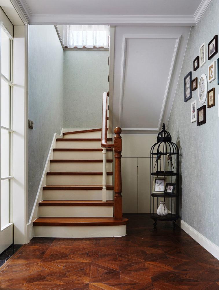 美式风格精致别墅楼梯设计装修效果图