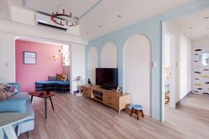 69平米清新风格时尚一居室装修效果图,浅蓝色和粉色墙面装饰,让客厅看起来清新淡雅舒适,原木色的家具,让客厅看起来更自然。