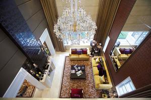 新古典主义风格别墅室内设计装修效果图,地面采用石材拼花,用石材天然的纹理和自然的色彩来修饰人工的痕迹。使客厅看起来奢华大气。