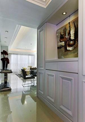 白色经典100平米欧式风格室内装修效果图,玄关装修实用整体定制的鞋柜设计,精美的装饰画,给人精致典雅舒适的感觉,白色高贵典雅。