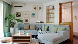 清新风格简约65平米小户型室内装修图,浅色的沙发设计,白色的墙面,在客厅加入照片墙设计,营造出家的温暖设计,浅绿色的窗帘,舒适。