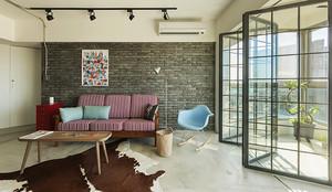 时尚后现代风格74平米公寓装修效果图,简单家具设计,在色彩上采用红色条纹的布艺沙发设计,简单的餐桌设计,精美的地毯装饰,看起来简洁舒适。