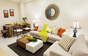 90平米简约风格小三房装修效果图,白色温馨的沙发好时间诶,为了避免室内过于单调,采用黄色和橘色的抱枕设计,原木色的茶几设计,温馨简约。