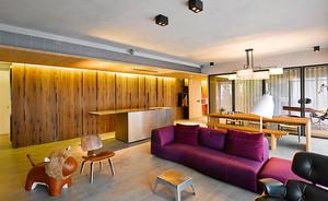 时尚个性现代风格80平米室内装修效果图,原木色的背景墙和白色的吊顶,整个空间看起来简单自然舒适,紫红色的沙发设计,色彩跳跃时尚精美。