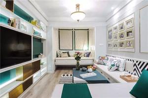 温馨浅色简欧风格两室两厅室内装修效果图,浅色温馨的设计搭配,蓝色精美的抱枕,让室内看起来温馨舒适,色彩搭配时尚惊咩。