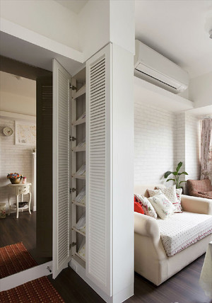 40平米欧式风格精美小公寓装修效果图,由于空间较小,随意采用隐藏式的玄关鞋柜设计,同时鞋柜也起到了隔断的作用,简单方便。