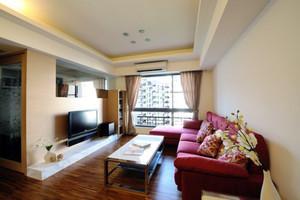 温馨精美简欧风格两室两厅装修效果图,明亮的红色布艺沙发设计,浅黄色的背景墙装饰,简单时尚的家具设计,精美的吊顶装饰,简单温馨。