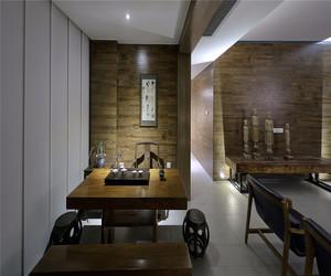 古典新中式装修效果图赏析,在客厅巧妙布置书法装饰画,能够增添室内的书香气息,原木桌椅的使用更能体现中式装修的精髓。
