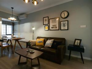 客厅中摆放了一张小小的沙发,它前面还放置了一个与之配套的小茶几。因为小空间不适合配置过大的沙发,所以这样的小沙发显得精致一些也很有格调。