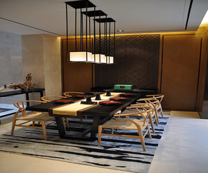 古色古香大户型新中式装修效果图赏析,新中式吊灯的利用,舒适藤椅的使用,以及整体的暖黄色灯光,让整个家居风格尽显温柔魅力。