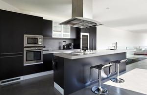 现代风格时尚别墅开放式厨房装修效果图大全,现代风格装修的特点是简单,注重线条搭配,灰色和白色的混搭,看起来十分的精致。
