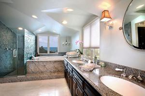 现代风格时尚奢华别墅卫生间装修效果图,时尚精美的马赛克瓷砖设计,复古精美的浴室柜设计,精致的大理石台面设计,不规则的空间设计,时尚精美。