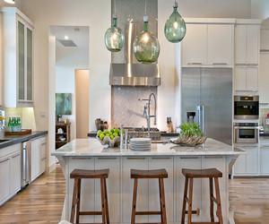 欧式厨房装修效果图,白色简约橱柜是欧式厨房装修得标配,虽然简约却不简单,细节之处的雕花、勾勒都是花了心思的。