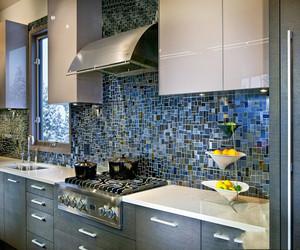 2018家装厨房瓷砖效果图大全,采用海蓝色的厨房瓷砖背景墙,能给人一种置身海洋的舒爽感。