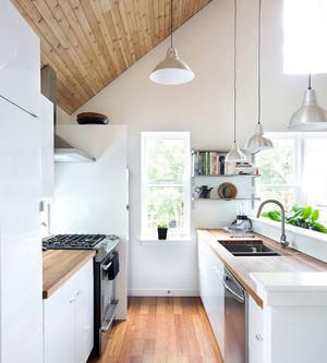 特小厨房装修效果图,对于非常狭小的厨房装修,特别考验对空间的利用,斜坡式的吊顶能使上方空间最大化,整体的白色调也能在视觉上增大空间。