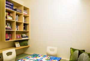 现代中式书柜多采用木质材料,主要包括实木、红木、松木等等,多采用自然色、褐色、咖啡色,设计更加别出心裁,样式与格局也比较新颖。
