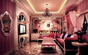 这是一个粉色的欧式ktv装修图片,墙壁上贴满了各种丰富多彩的画和墙纸,还有墙壁上的窗帘,镜子等等,非常的唯美,并且意境十足。