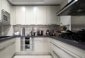 u型厨房装修效果图小户型,这款U型厨房效果图,完全可以展现出下厨的便捷性,面积不大但将空间充分利用,墙壁除了油烟机外都是壁柜,紧促又不凌乱。