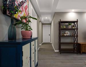 过道吊顶装修图片大全,房间整个装修运用了大面积的实木元素,吊顶选择简单的白色,看起来更加简单、大方。带有古典色彩的装饰柜更加的为房间增添了韵味。