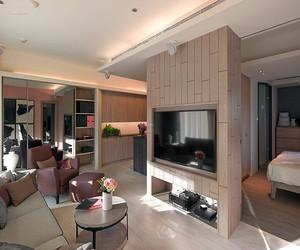 客厅瓷砖配木踢脚线效果图