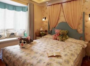 美式田园风格卧室装修设计图赏析:从图中的设计可以看出这是一个儿童房,床上的玩具很有趣味。室内的装饰都很贴近自然,给人的感觉非常的悠闲、舒畅。