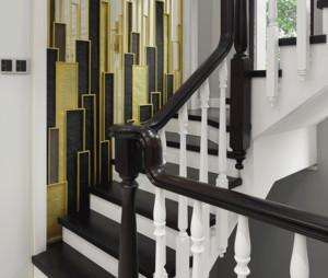 美式风格楼梯装修效果图,此楼梯的色彩运用完美契合了美式装修的理念,主要是深红色和白色的搭配。楼梯扶手与踏板是深红色,支撑扶手的一个个栏杆是白色的,这样的组合十分协调。