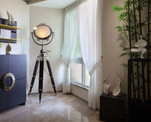 米白色的窗帘搭配着旁边的绿色植株,让房间显得清新自然。虽然是混搭风格的设计,但是房间整体的设计非常的和谐,窗帘的材质虽薄,但是起到了一个很好的装饰效果。