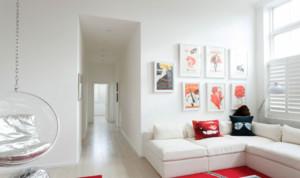 家中的走道属于狭长型,而空白墙壁总是显得乏味和沉闷,因此建议在墙上挂一些错落有致的装饰画,不仅充当了壁纸的作用,也带来了强烈的视觉冲击感,当然也可以挂充满异域风情的地毯装饰,略带不规则的造型,独具匠心,也是这一角的点睛之处。