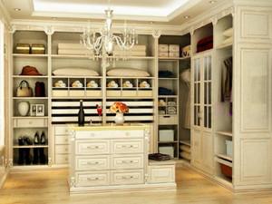 整个居室的衣帽间都是浅色系,这样装饰出来给我们的感觉是比较宽敞的,另外,整个居室也是比较通透明亮的,这样即使是敞开式的衣柜也不会太杂乱。