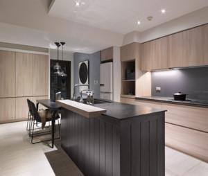厨房开放式设计,和橱柜一体化的吧台,可以坐在吧台上吃着早餐聊聊天,光是想象那画面就觉得很美。
