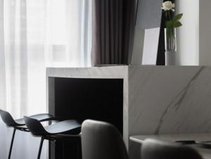 此现代风格吧台的色调趋向于暗色系,它设置在靠墙的一边,台面是正方形的,相对来说比较宽敞。吧台是大理石材质的,配备了两张塑料材质的黑色高脚凳,整体色彩搭配较融合。