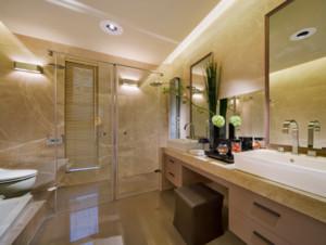 木材在卫生间设计中也起到至关重要的作用。实木防水性不错,再加上防水漆,抗腐蚀性基本可以满足生活需求。重点是木材和瓷砖、石料组合出的视觉效果。色调上一冷一热,材质上一硬一软,通过对比带来非常强的视觉冲击和触感体验。
